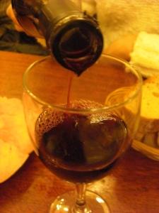 A vinificação é feita com uvas inteiras (particularidade do Beaujolais)