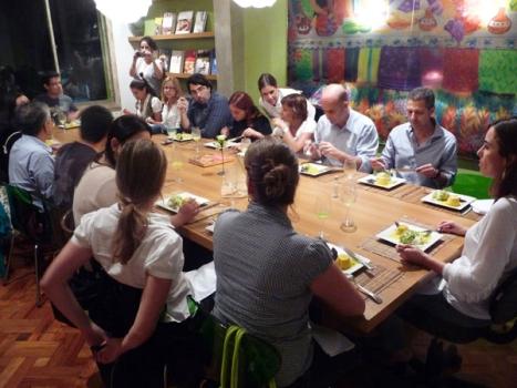 A mesa do jantar, cada um come sua prórpia preparação, mas degusta também os demais - benchmark!